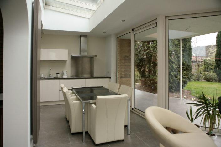 Een uitbouw met een lichtstraat, doorbraak tussen keuken en woonkamer