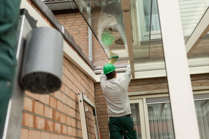 De dakbeglazing wordt nauwkeurig op zijn plaats gelegd