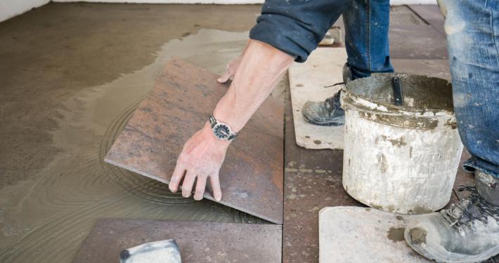 De tegels in de Alruco aanbouwen worden zorgvuldig gelegd