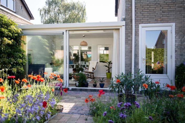 Uitbouw serre met veel daglicht en een prachtig uitzicht op de kleurrijke tuin